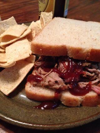 ¿Alguna vez has visto un sándwich más hermoso? Usé un poco de mi salsa barbacoa, pero confía en mí, es totalmente opcional. La carne es un montón delicioso por sí solo. Tomar una cerveza y unas patatas fritas y disfrutar!