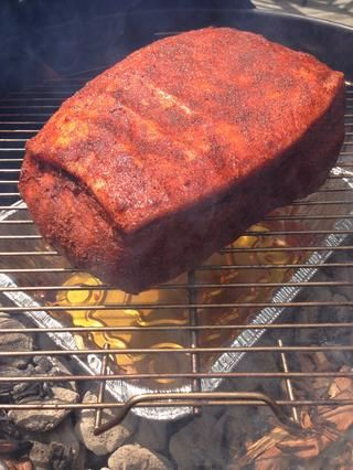 Coloque el hombro de cerdo sobre el molde para hornear con la tapa de grasa hacia arriba. Mientras se cocina, la grasa comienza a prestar y se filtra muy ligeramente en la carne, manteniéndolo húmedo y blando.