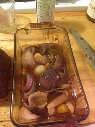 He añadido las cebollas y el ajo con el proceso de trituración y añadí unos 2 onzas de salsa de barbacoa por libra de carne.