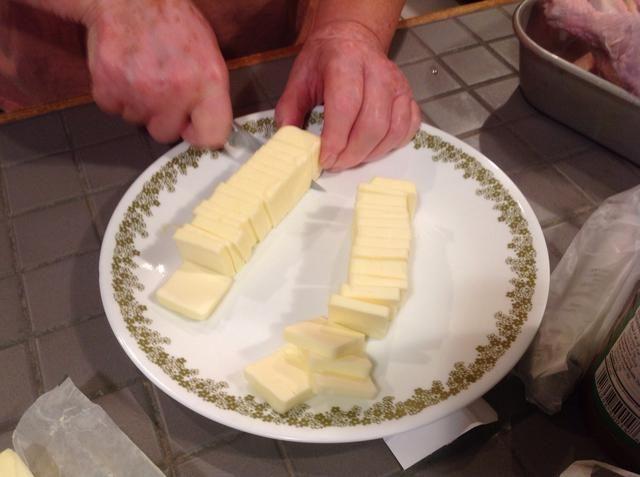 Cortar la mantequilla en listones o piezas.