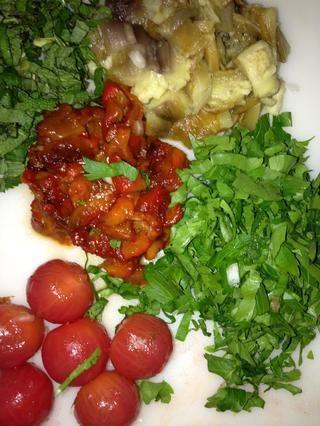 Preparar el resto de los ingredientes. Cortar el perejil, la menta, las berenjenas y los pimientos se mezclan con cebolla - aceite de ajo limoneros. Pelar los tomates cherry.