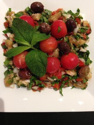 Servir. Cubra con los tomates cherry unas aceitunas y hojas de menta
