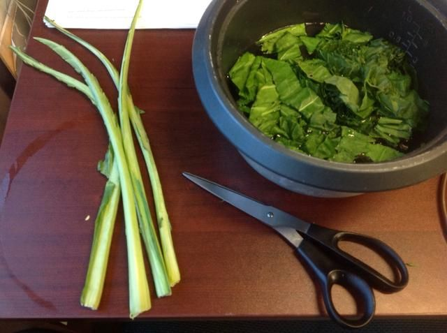 Sé que yo'm losing out on ruffage but I don't like cooking the leaves past the point of doneness to make the stalks done. I trim them like this and chiffonade the leaves. Stalks for stock!
