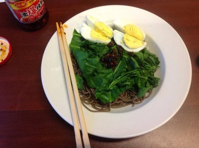 Para otros enemigos de microondas por ahí, aquí's a super tasty lunch that can be made while you're working. I added sliced egg and Chinese chilies in oil to my soba and blanched collards. YUM!