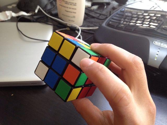 Ahora busca las piezas de esquina que desea llenar en la primera capa con. Quiero encontrar piezas que señalan en las caras laterales del cubo y si no, organizarlos por lo que son.