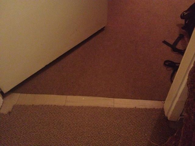 Mis alfombras no se toquen entre sí por lo que habrá otro pequeño hueco debajo de la espuma cuando se cierra la puerta.