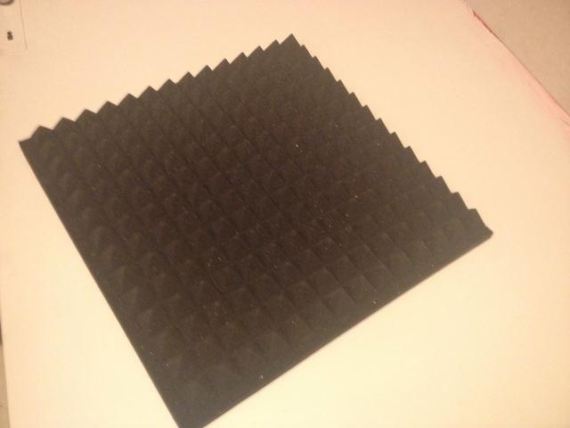 Cortar la espuma acústica en el tamaño de la brecha debajo de la puerta. En mi caso, 3,5X80 cm