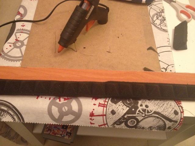 Ahora pega la espuma a la madera. He utilizado una pistola de silicona.
