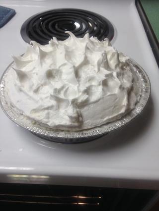 Paso 12: Use una espátula para formar picos en la parte superior de la torta.