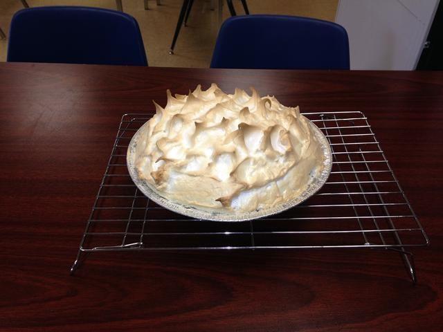 Paso 13: Cocer en el horno durante 10-12 minutos hasta que los picos del merengue se dore. Una vez que su hacer, dejar que repose sobre una rejilla para enfriar hasta que se enfríe. Refrigere después de su hacer. Espero que disfruten de este pastel