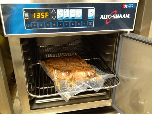 Colocar en calentado Alto-Shaam de cocción y mantenimiento horno a 135F.