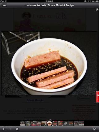 Coloque las rebanadas de spam en la mezcla y deje marinar hasta que el arroz esté cocido. Aprox. 30 minutos.