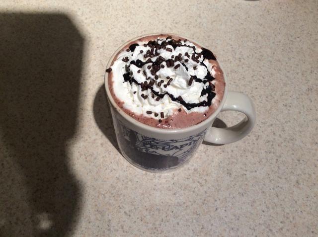 Añadir la crema del azote, jarabe de chocolate, virutas de chocolate y disfrutar !!