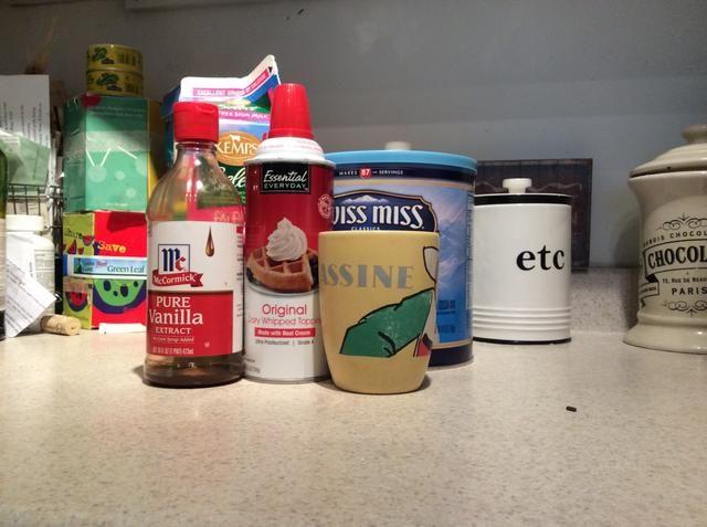 La siguiente receta es muy fácil y sólo necesita las cosas que aparecen en la imagen de arriba. La crema batida es opcional.