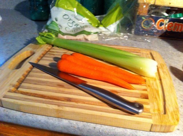 El apio se lava y zanahorias peladas ....