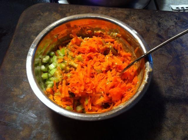 Mezcle las zanahorias y el apio con vestidor ...