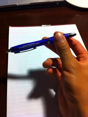 Como se puede ver, mi pulgar no se mueve mucho. Mi dedo índice sólo se mueve en la dirección opuesta de mi dedo medio para que dé paso a la ruta de la pluma's spin. It comes back in to catch it