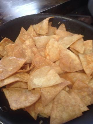 Agregar los chips de tortilla de maíz en el mismo.