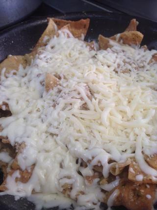 Agregue el queso mozzarella y tape la olla durante 3-4 minutos. A continuación, pasar a unos platos.