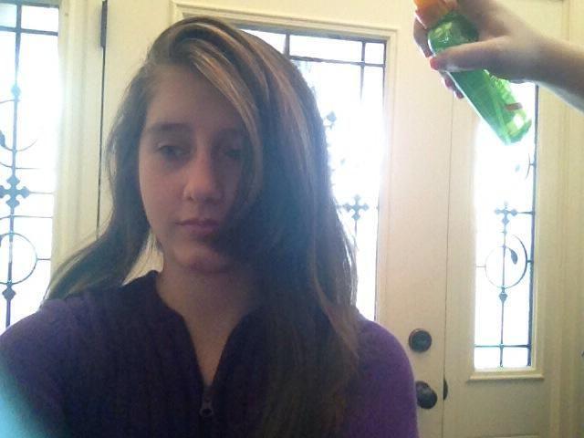 Sección Tercera: Suelte el pelo en el bollo y la parte de la última sección de cabello sin embargo,'d like. Then spray it with heat protectant.