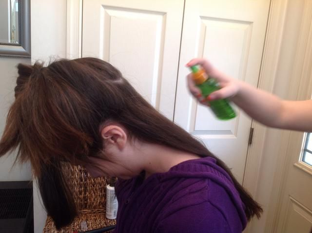 La protección del pelo: Rocíe la primera sección del cabello con una cantidad de luz de spray protector de calor. El cabello debe estar completamente recubierto, sin estar completamente húmeda.