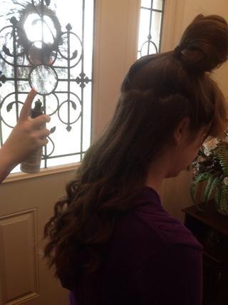 Rocíe la primera sección con una ligera cantidad de laca para el cabello.