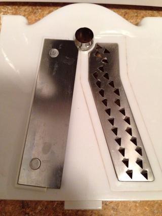 Para hacer pasta / espagueti / tallarines, utilizar la cuchilla con los orificios más pequeños.