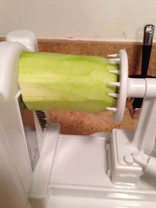 Luego empuje la pieza de mango contra el calabacín asegurándose de que el