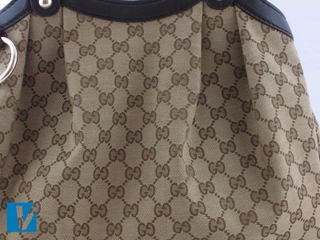 Algunos bolsos de Gucci cuentan con el logotipo de doble GG Gucci en el exterior. El G izquierda enfrenta hacia adelante y hacia la derecha G enfrenta al revés. Compruebe cuidadosamente para mantener la coherencia, el espaciamiento y la fuente de las letras.