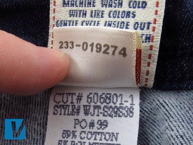 Un número único se ofrece en el reverso de la etiqueta de seguridad de jeans True Religion. Cabe no impresa bordado.