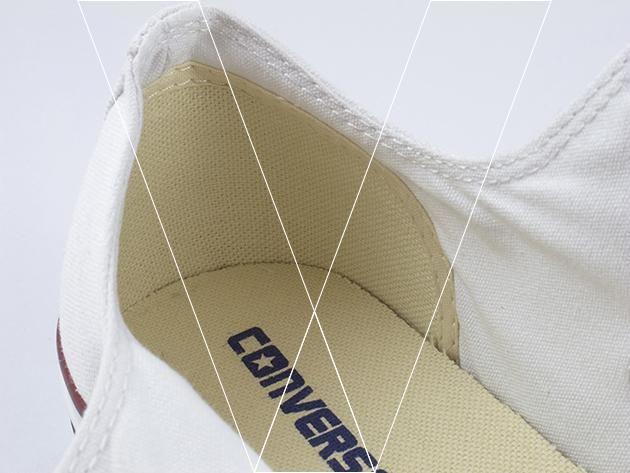 4. Los tops bajos Converse tendrá un panel de soporte del talón cosida en el revestimiento interior del talón. Asegúrese de que este panel se encuentra el talón plano contra el revestimiento.