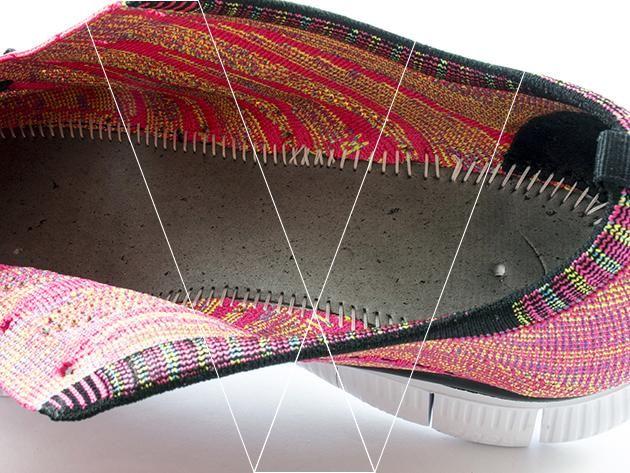 Retire la plantilla. Asegúrese de que la costura de unirse a la plantilla a la parte superior es firme y uniforme. Busque el orificio de posicionamiento perforado en el centro del talón.