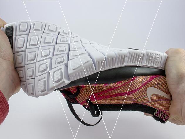 La flexibilidad y rango de movimiento se pueden demostrar por torsión del zapato. Tome nota de la facilidad con que los surcos de flexión permiten que los bloques individuales se separen.