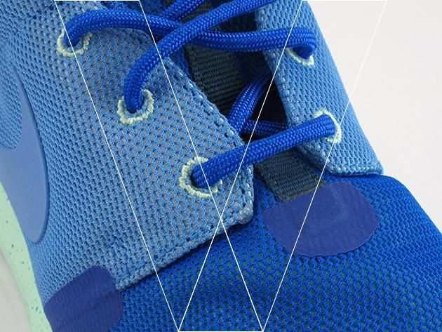 2. La mayoría Nike Rosherun's have embroidered lace eyelets, make sure the stitching is tight and neat.