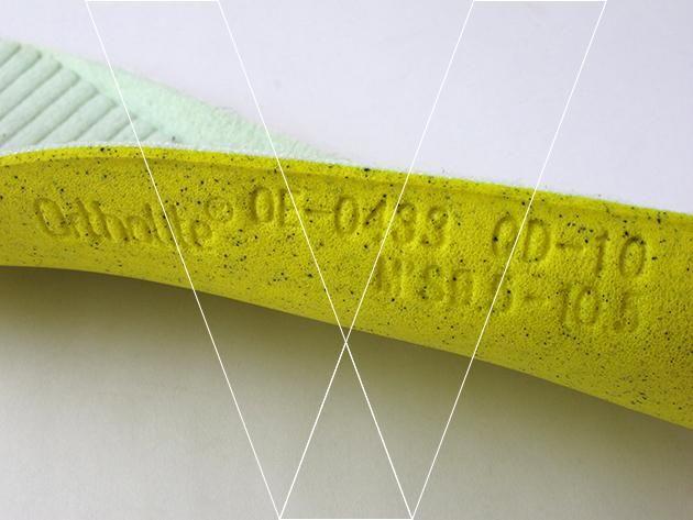 3. Si quita las calcetas interiores y comprueba debajo debe haber una indicación de tamaño troquelado en el material, por lo general se describe como un rango de 2 tamaños.