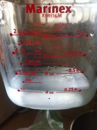 La mitad de agua fría para diluir gellatin clara.