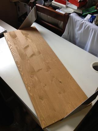 a continuación, atornille los soportes a la parte inferior de la plataforma luego fije a la pared a la altura deseada