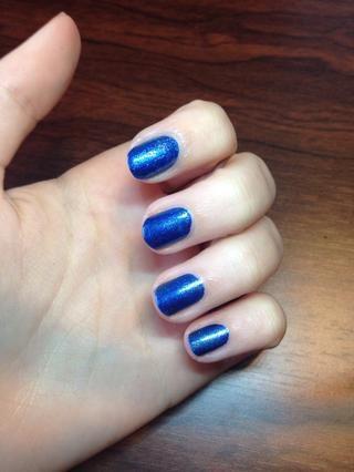 Luego pintar las uñas azul
