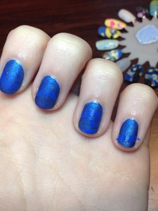 Luego, utilizando pintura acrílica azul, pinto líneas onduladas en los cuatro clavos (haciendo que parezca que se conectan)