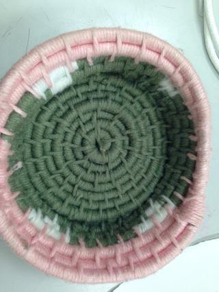 Un ejemplo acabado de una cesta. Mientras trabajaba puedes añadido un patrón, pero también puede simplemente optar por agregar una variedad de colores y que seguirá un tema a través de su cesta.
