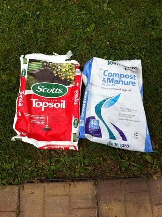 He añadido una bolsa de abono entonces la tierra vegetal para terminarlo. Los dos estaban en torno a dos dólares y la ferretería.