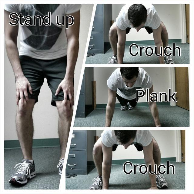 Pies de un poco más que el ancho de los hombros. Coloque las manos en el suelo, y de paso o saltar de nuevo en un tablón. Paso atrás en la posición en cuclillas. Ponte de pie y repetir.