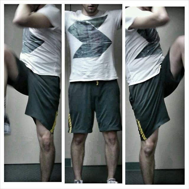 Ponga sus dedos contra sus sienes, y girar el cuerpo sin agacharse, con lo que la rodilla opuesta hasta tocar el codo opuesto Levante la rodilla en vez de bajar el codo. Core apretado.