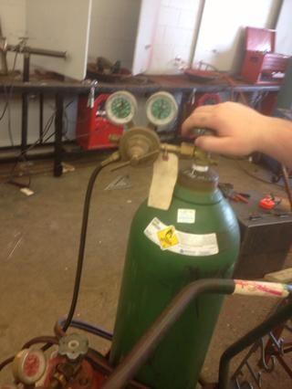 Afloje los tornillos del regulador. Grieta luego abrir la válvula del cilindro de oxígeno todo el camino.