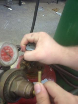 Grieta válvula del cilindro de acetileno y luego abrir 1/4 a 1/2 vuelta