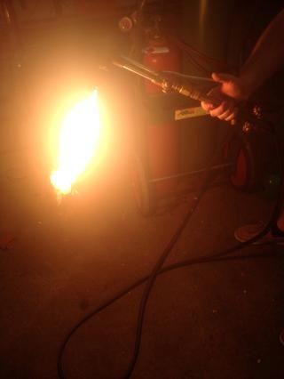 Añadir acetileno hasta que la llama amarilla es de aproximadamente 10 pulgadas de largo