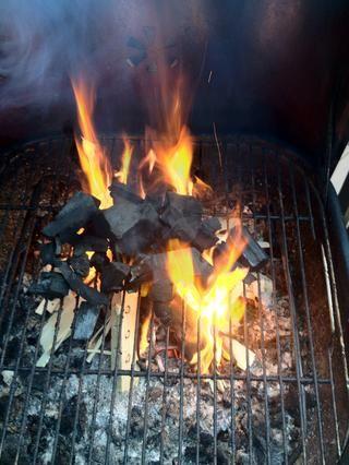 Ahora viene la parte interesante pote del carbón de leña en el fuego que de este utiliza todo el calor desde el principio conseguir el carbón quema más rápido