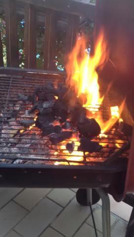 Ahora, con salida quemarse punta de la quema de carbón y añadir un poco más