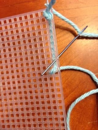 Al empujar la aguja a través de la tela, puntadas para que la longitud recta del hilo será cubierto por su puntada, manteniendo la longitud recta en el medio entre las dos filas de puntadas