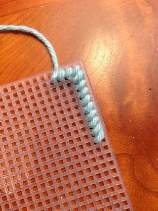 Continuar costura hasta que tenga una o dos pulgadas de hilo de la izquierda